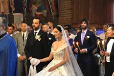 POČELO CRKVENO VENČANJE Filip ne ispušta Aleksandrinu ruku, svi gledaju u detalj na Breninoj glavi