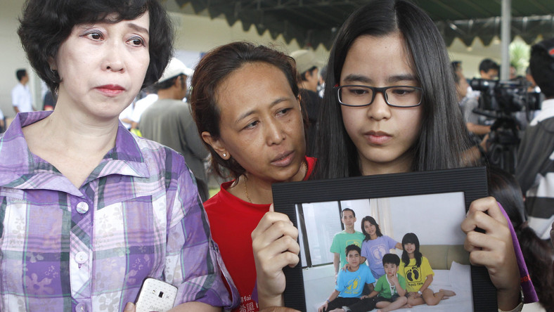 Rodziny pasażerów oczekują na lotnisku na wszelkie wieści o swych bliskich