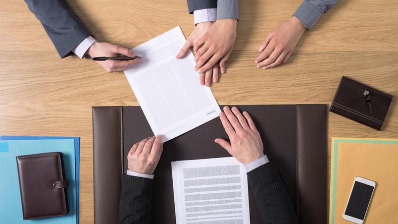 notariusz sprawy urzędowe związek praca fot. shutterstock