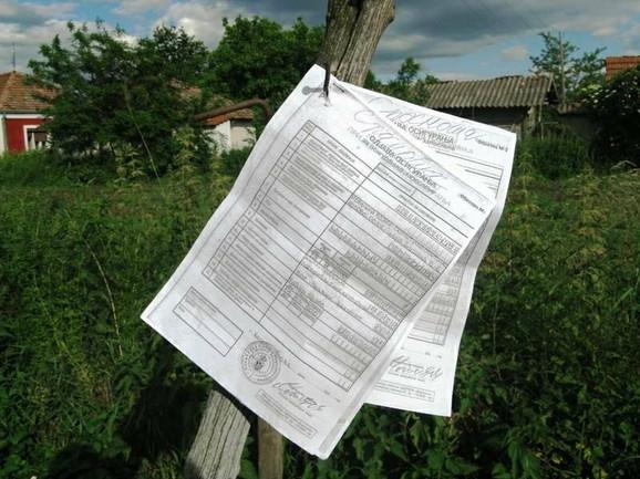 Revoltirani građani protestuju deleći kopije falsifikovanih prijava i spisak lica koja su na platnom spisku opštine
