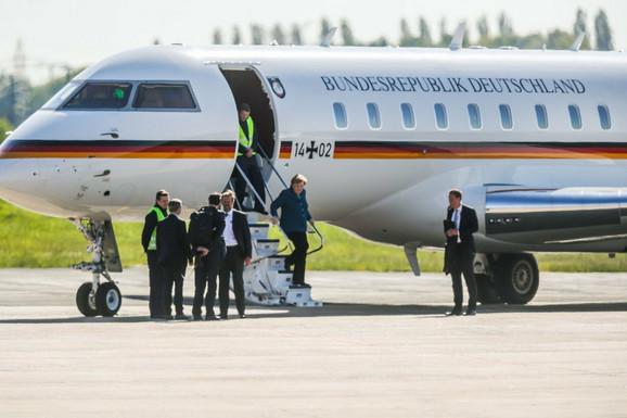 Merkelova je izašla iz aviona pre incidenta