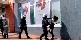 Dantejskie sceny w Głogowie. Policjant okładał bezbronną dziewczynę pałką na manifestacji