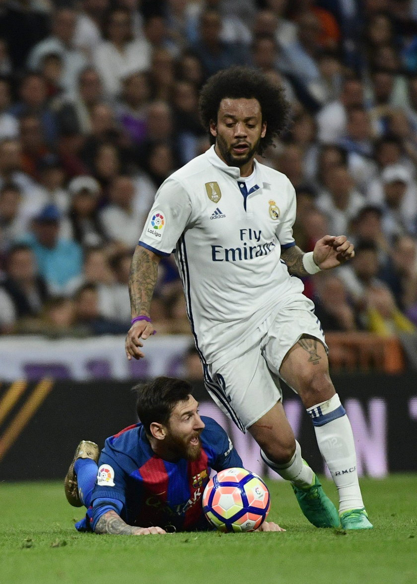Real Madrid's Karim Benzema in action with Barcelona's Gerard Pique and Sergi Roberto