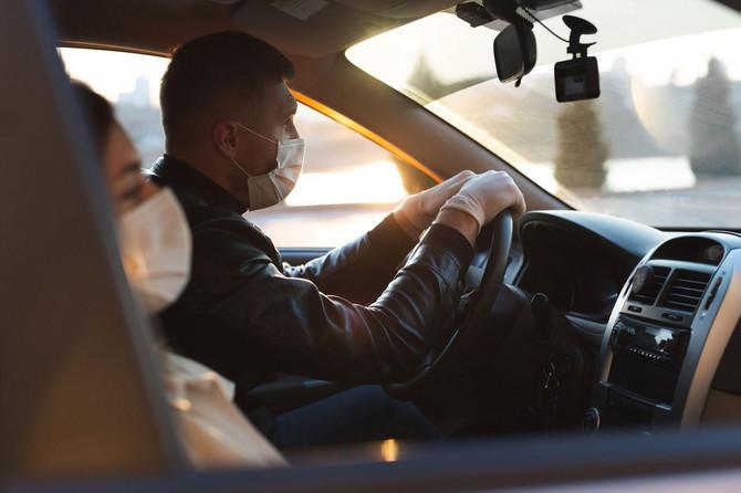 Noiste masku kada se vozite sa nekim