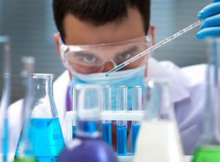 Nauka, ludzie, ludzie nauki. Skąd bierze się nieufność do nich?