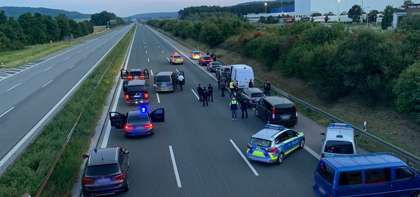 Niemcy: uzbrojony osobnik wziął trzech zakładników. Szturm na autokar na autostradzie