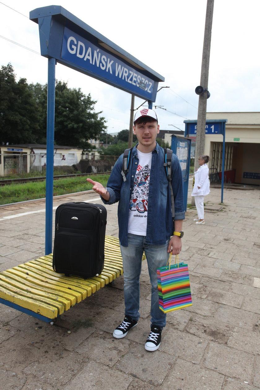 Mężczyzna z walizkami stoi na peronie dworca w Gdańsku Wrzeszczu