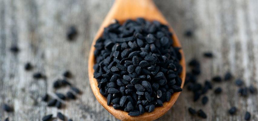 Niepozorna czarnuszka – jakie ma właściwości i kiedy pomaga