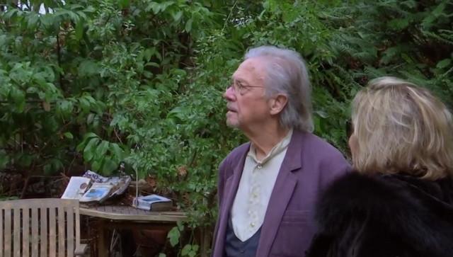 Peter Handke u svojoj bašti u Šavilu