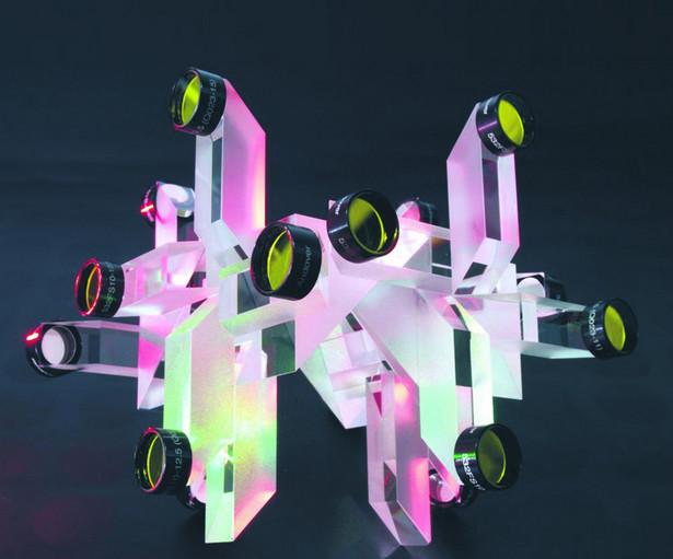 Dzielnik optyczny robiony przez Solaris, który światło z jednego źródła rozszczepia na 32 wiązki