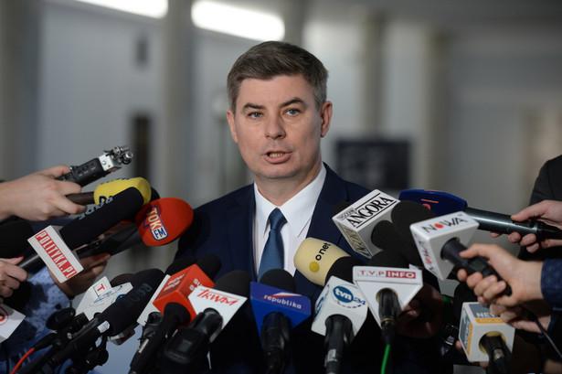 Rzecznik PO Jan Grabiec poinformował, że przedstawiciele Platformy nie wezmą udziału w poniedziałkowych konsultacjach, na które przedstawicieli klubów parlamentarnych zaprosił prezydent Andrzej Duda