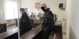 Butny ksiądz zapłaci za sikanie na ulicy i znieważenie policjantów. Wyroku słuchał ze spuszczoną głową