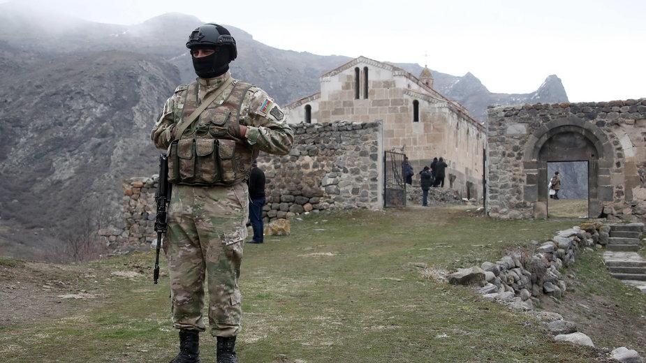 Azerski żołnierz przy klasztorze Agaoglan w dystrykcie Lachin. na terytorium Górskiego Karabachu