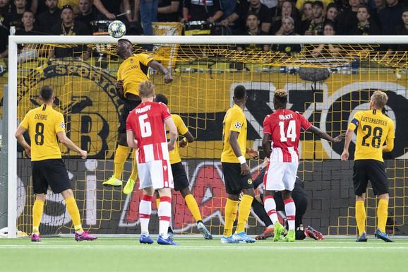 Trenutak kada lopta preleće odbranu Jang Bojsa i posle udarca glavom Degeneka donosi Crvenoj zvezdi 1:1 u Bernu