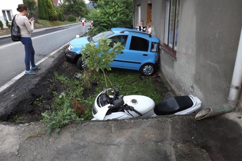 """""""Parkując pod domem trzy razy skasowano mi samochód, raz motocykl i raz mnie"""" - mówi Marcin Ćwiertnia"""