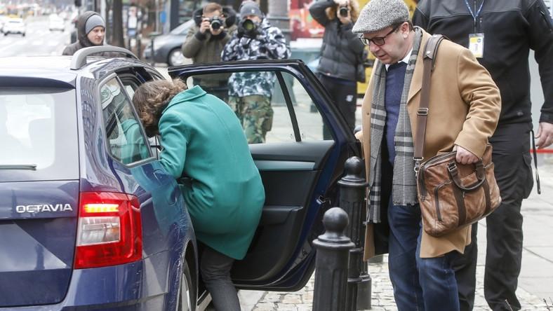17-latka najszybciej jak mogła przemknęła z budynku studia do zaparkowanego nieopodal samochodu...