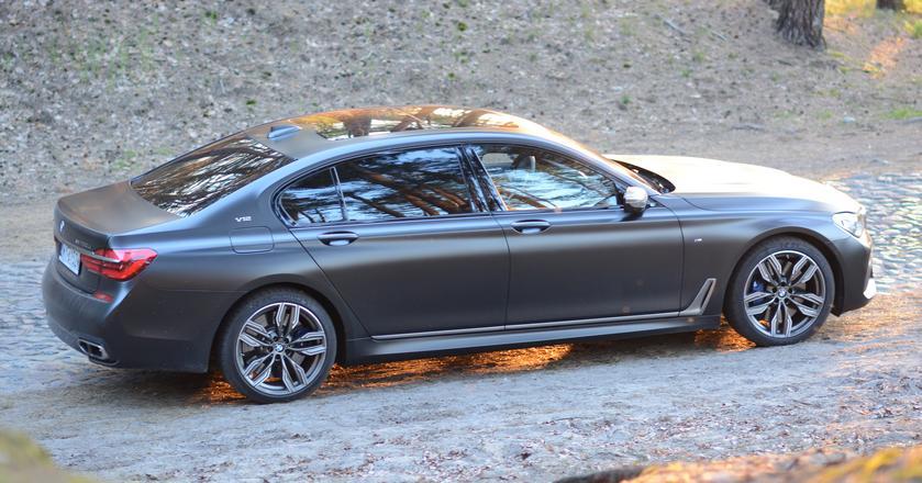 BMW M760Li xDrive - 3,7 do setki, 12 cylindrów i... 1 milion złotych