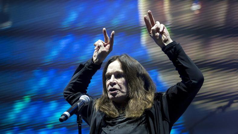 """Ozzy Osbourne, Tony Iommi i Geezer Butler zamykają ostatni rozdział historii Black Sabbath. 1 czerwca w Budapeszcie ruszyło pożegnalne tournée """"Black Sabbath – The End"""" w Europie. W jego ramach brytyjski zespół wystąpi jeszcze w Berlinie, Kopenhadze oraz Wiedniu, a wreszcie 2 lipca 2016 roku grupa odwiedzi Polskę. Ostatni koncert legendarnej formacji odbędzie sięw Tauron Arenie Kraków. Nadzieje fanów na zmianędecyzji przekreślił ostatecznie Ozzy w rozmowie z """"The Sydney Morning Herald"""": –To na pewno nasza kończąca trasa. Jeśli ktoś sądzi, że za kilka lat nie będziemy tego faktu pamiętać i ogłosimy kolejne 90 koncertów. To definitywny koniec Black Sabbath –mówił wokalista. –Wszyscy jesteśmy już daleko po 60-stce. Czas upływa, odchodzą wszyscy z każdej strony, dużo kolegów ubywa. Lemmy umarł, Bowie umarł. Jimmy Bain, Natalie Cole, gość z The Eagles, mam wymieniać dalej? Tak to wygląda, każdego dnia ktoś znika z tego świata, a ja się zastanawiam, oby tym razem tylko nie ja, nie ja –cytuje słowa Osbourne polski serwis fanów zespołu http://black-sabbath.com.pl. Zdaniem żony Ozzy'ego, Sharon po zakończeniu działalności Black Sabbath Książę Ciemności przejdzie na emeryturę: – Nie chcę żeby w wieku 75 lat śpiewał """"Crazy Train"""" –powiedziała pani Osbourne, która niedawno zostawiła muzyka 33 latach małżeństwa, bo na jaw wyszedł jego romans. Z kolei basista Geezer Butler planuje napisanie autobiografii. – Chciałbym spisać swoje wspomnienia dla moich wnuczków, ponieważ z czasem one urosną, ja nie będę żył wiecznie, a wolałbym aby przeczytały coś napisanego przeze mnie niż dowiadywać się rzeczy o mnie z pogłosek –mówił artysta w wywiadzie dla KillYourStereo.com. Na pociechę wielbicielom Black Sabbath pozostaje ostatni album koncertowy, o którym Tony Iommi mówi: –Rejestrujemy dużo materiału podczas tej trasy. Możliwe, że coś z tego powstanie."""