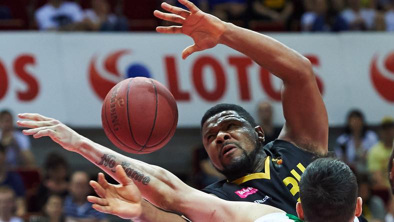 Koszykarz Stelmetu Zielona Góra Aron Cel (L) blokowany przez Marcina Stefańskiego (P) z Trefla Sopot
