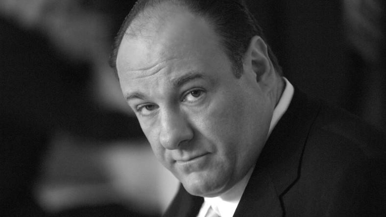 """Trzykrotny zdobywca nagrody Emmy za rolę Tony'ego Soprano w serialu """"Rodzina Soprano"""" zmarł w Rzymie. Jak podała rzeczniczka stacji HBO Mara Mikialian, przyczyną zgonu najprawdopodobniej był atak serca"""