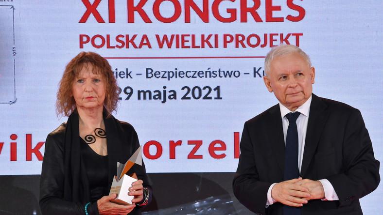 Wicepremier, prezes PiS Jarosław Kaczyński i laureatka, rzeźbiarka Ludwika Ogorzelec