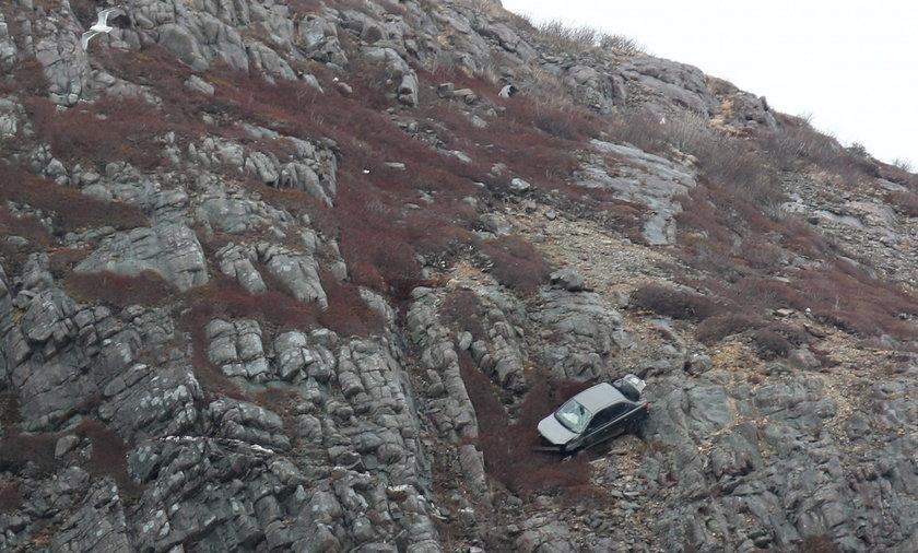 Samochód zatrzymał się na półce skalnej