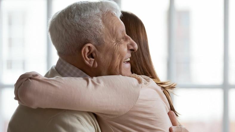 Kobieta przytula dziadka