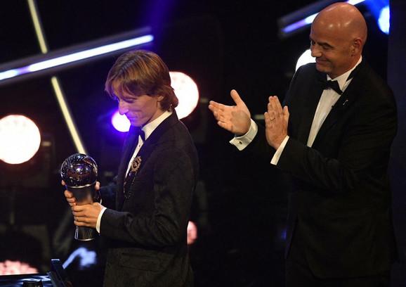 Luka Modrić je dobio FIFA nagradu za fudbalera godine