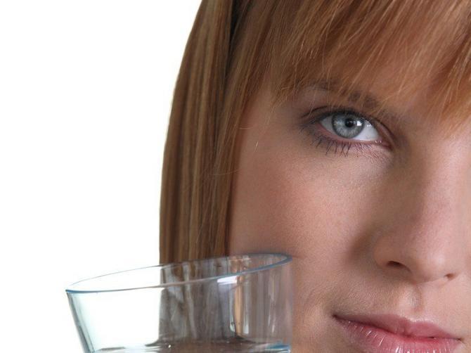 Treba vam samo čaša vode i dva minuta vremena: Saznajte u kakvom je ZAISTA stanju vaša kosa