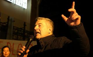 Policja wyprowadziła Władysława Frasyniuka w kajdankach o 6:10. Po przesłuchaniu zwolniony