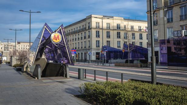 Opustoszała ulica Świętokrzyska w centrum Warszawy podczas pandemii COVID-19
