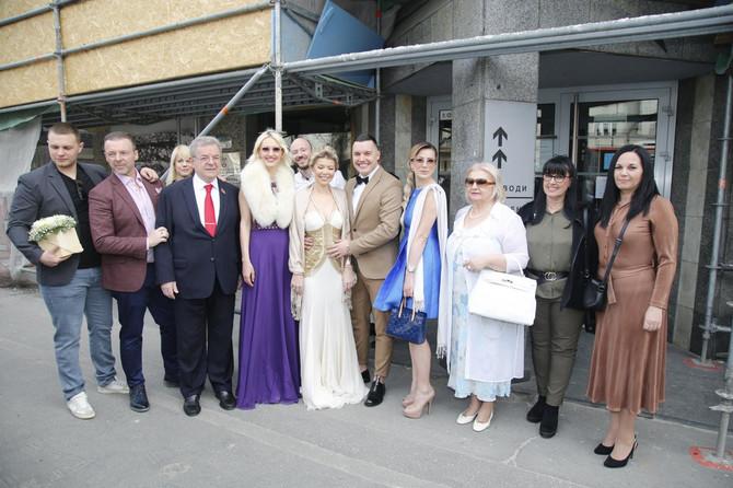 Danijela i Ivan sa porodicom i prijateljima