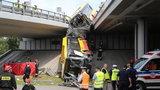 Autobus spadł z mostu. Szokujące doniesienia o przeszłości kierowcy