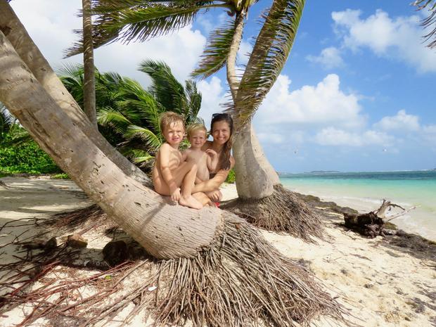 Ania z dziećmi na jednej z karaibskich plaż, Martynika
