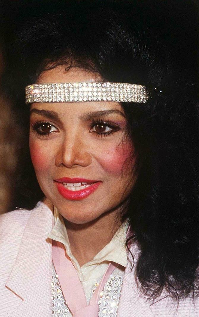 Sestra Majkla Džeksona se POTPUNO DEFORMISALA, svi je gledaju, ali je NIKO NE PREPOZNAJE:  La Toja Džekson je ovako izgledala 1990. godine