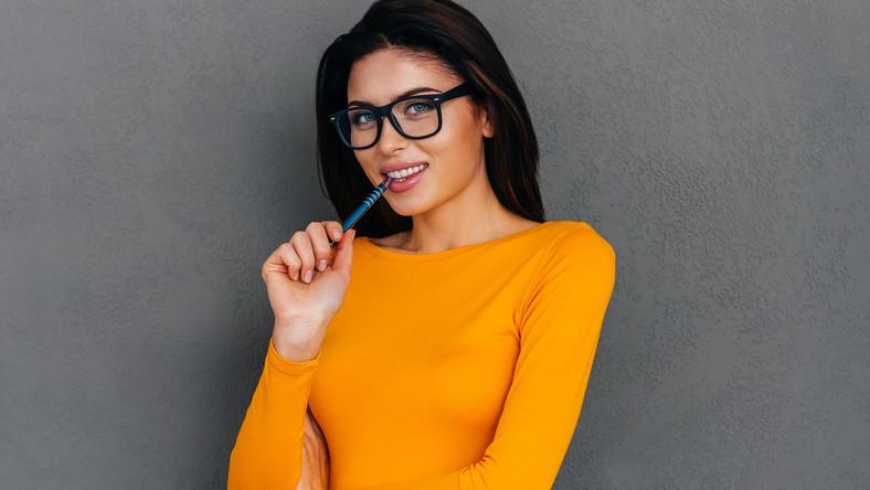 Niektórzy z nas koncentrując się na trudnym zadaniu mają zwyczaj przygryzania długopisu, ołówka czy okularów. Przedmioty te jednak nie są tak miękkie jak większość produktów, które jemy. Pod wpływem nacisku przygryzanie niewinnego ołówka może spowodować przemieszczenie lub nawet pęknięcie zębów. Z podobnego powodu unikajmy używania wykałaczek. Jeśli chcemy oczyścić przestrzenie międzyzębowe to najlepsza jest nić dentystyczna, ewentualnie irygator lub szczoteczki jednopęczkowe. Wykałaczka może uszkodzić błony śluzowe jamy ustnej, szkliwo lub w inny sposób uszkodzić ząb – mówi dr Stachowicz.