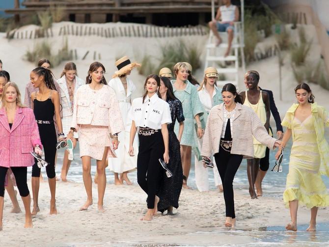 Kad Karl izmašta plažu usred Pariza, modni svet ZANEMI: Bose manekenke šetale po vodi i pesku, a sve poglede je ukrala PRELEPA KAJA
