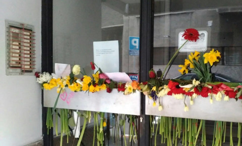 Obožavaoci zasuli cvećem ulaz u kom je živeo Dragan Nikolić!