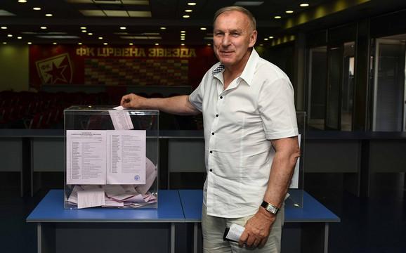 Dragan Džajić glasa na izborima za Skupštinu FK Crvena zvezda
