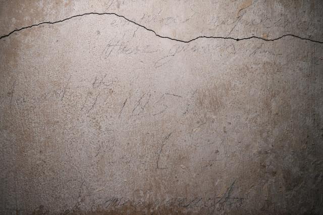 Grafiti zidara na zidu su i dalje vidljivi
