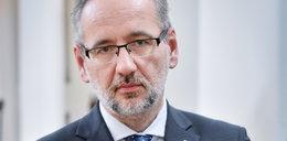 """Minister Adam Niedzielski zaatakowany przed własnym domem. """"Wiemy, gdzie mieszkasz"""". Jest film"""