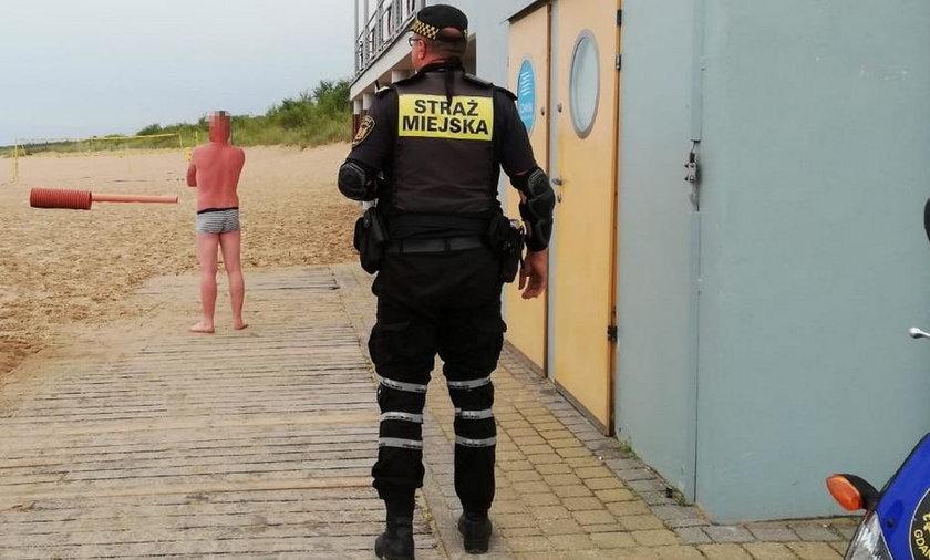 Turysta zasnął na plaży w Gdańsku. Pobudka okazała się bardzo nieprzyjemna