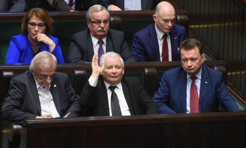 Polacy w sondażu: PiS chce wpływać na wybory i osłabia demokrację