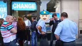 Dobry Samarytanin ostrzega turystów na Rynku w Pradze przed nieuczciwym kantorem wymiany walut