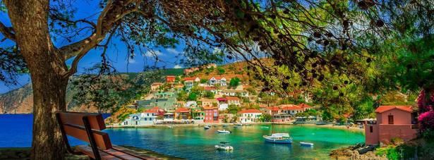 6. miejsce: grecka Kefalinia - największa spośród Wysp Jońskich. Przeważa górzysty krajobraz (wys. do 1627 m n.p.m. - góra Ainos). Śródziemnomorski klimat panujący na wyspie sprzyja uprawom winorośli, figowców i oliwek.