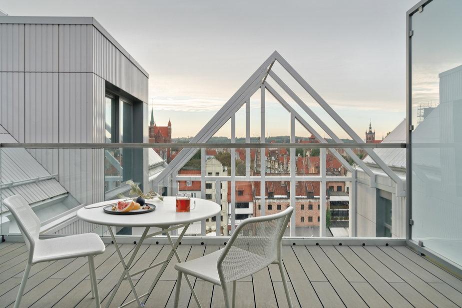 Mieszkanie na Wyspie Spichrzów. Z balkonu widok na Motławęi Bazylikę Mariacką.
