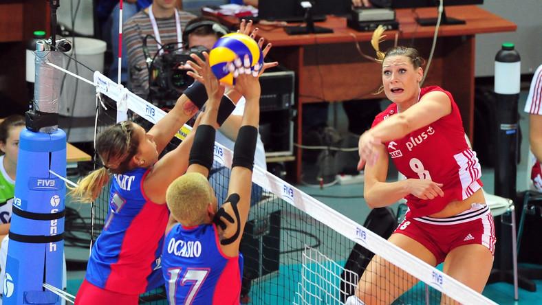 Polka Katarzyna Zaroślińska (P) została zabklokowana przez Enright Stephanie (L) i Ocasio Sheile z Portoryko