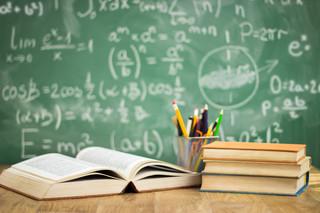 Asystent i nauczyciel będą pomagać szkołom