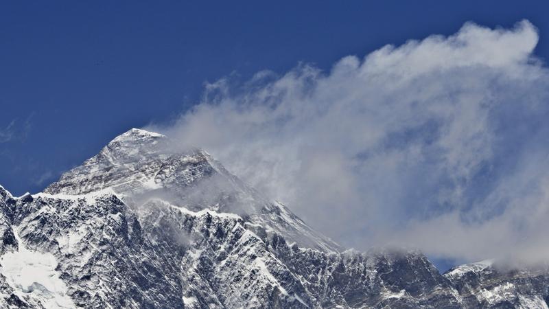 Polak nielegalnie zdobył Mount Everest