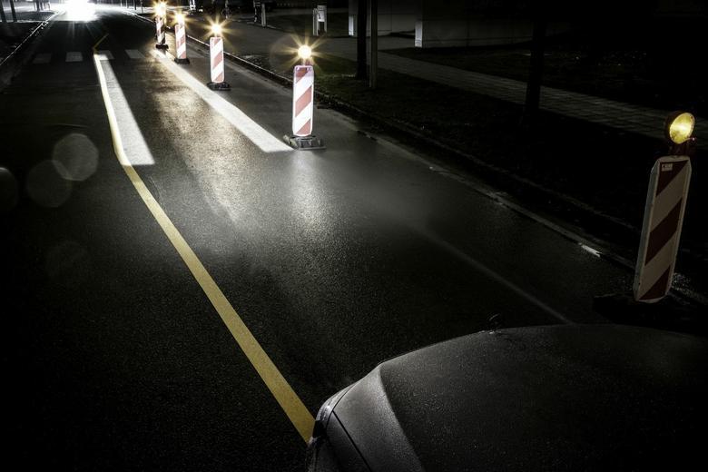 Mercedes Digital Light - dodatkowe linie pojawią sie np. przy zwężeniach